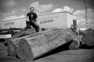 Sculptural process of Jorge Palacios, wood selection